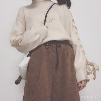 针织衫 灯芯绒裤 毛茸茸的包包