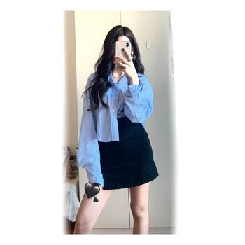 蓝条纹衬衫 黑色高腰裙